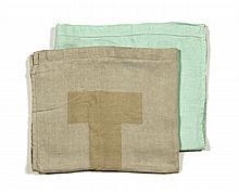 HERMES Paris made in france Ensemble comprenant deux nappes en lin  l'une verte et l'autre grise. Dim. chaque: 89 x 145 cm. Bo...