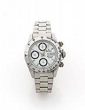 BULOVA Vers 1997 Chronographe bracelet en acier. Boîtier rond. Couronne, poussoirs et fond vissés. Cadran blanc avec 3 compteurs...