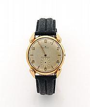 ROLEX Vers 1940 Montre bracelet en or. Boîtier rond, anses cornes de vache. Cadran argent, petite trotteuse à 6 heures. Mouvemen...