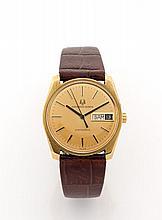 UNIVERSAL GENEVE UNISONIC vers 1970 Belle montre bracelet en or. Boîtier tonneau, fond vissé. Cadran or avec indication de la da...