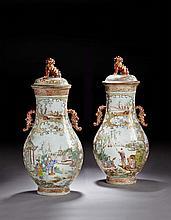 IMPORTANTE PAIRE DE GRANDS VASES COUVERTS EN PORCELAINE FAMILLE ROSE, CHINE, DYNASTIE QING, ÉPOQUE QIANLONG (1736-1795)