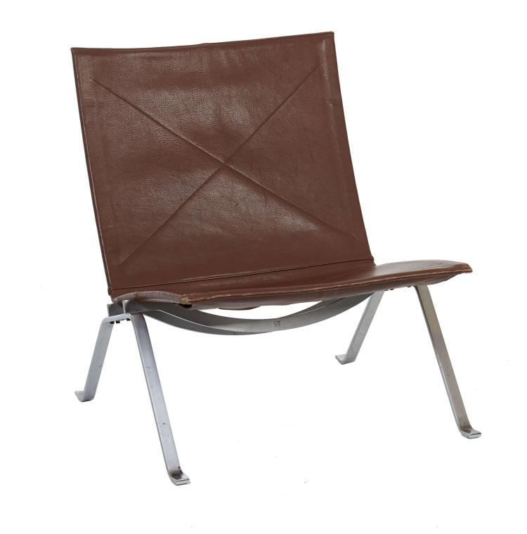 Poul KJAERHOLM (1929 - 1980) Chauffeuse mod. PK22 - 1955 Structure en acier plat brossé, assise et dossier recouverts de cuir marron