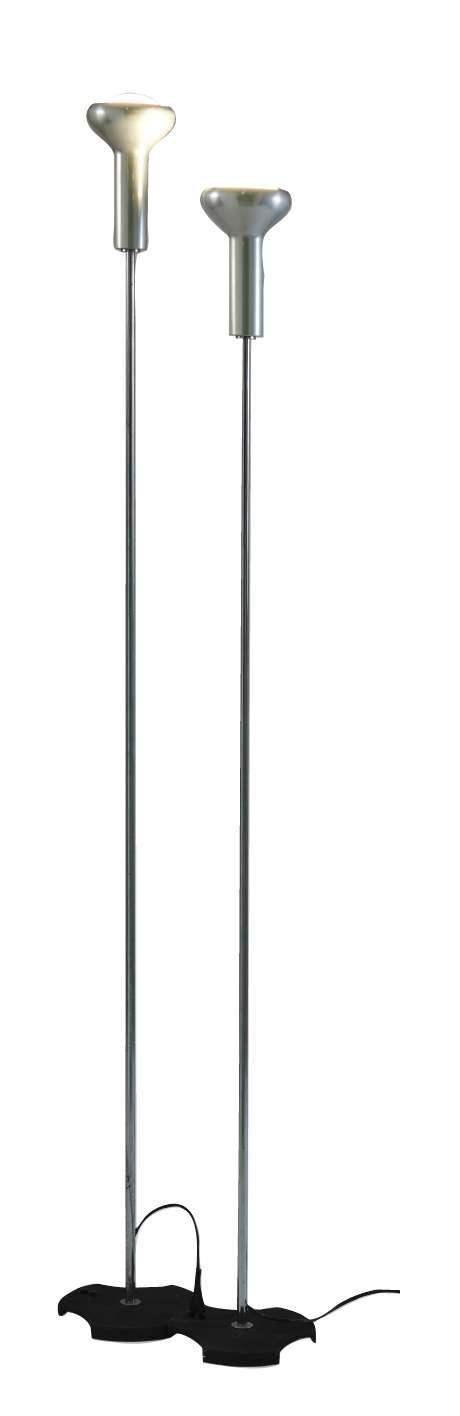Gino SARFATTI (1912 - 1985) Deux lampadaires mod. 1073 - 1956 Base en fonte d'acier laqué noir epoxy, fûts en acier chromé et réflec..