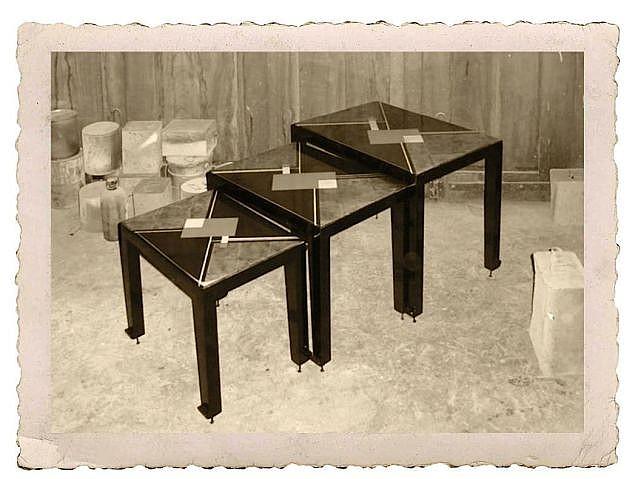 Gaston SUISSE (1896-1988) Suite de trois tables gigognes