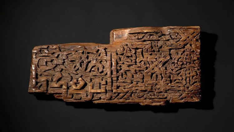 Poutre en bois inscriptions calligraphiques espagne ou ma for Poutre bois decorative