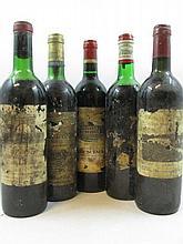 12 bouteilles 2 bts :  DOMAINE DE CHEVALIER 1979 Pomerol (1 léger bas, 1 base goulot, étiquettes abimées)