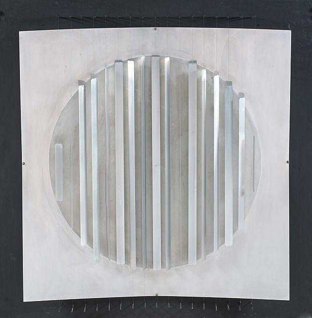 Hermann GOEPFERT (né en 1926) SANS TITRE Plaque en métal et lamelles argentées sur panneau peint et clouté