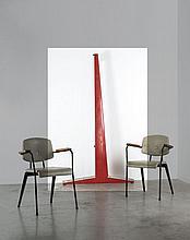 Jean PROUVE (1901 -1984) Portant d'exposition - circa 1950 Tôle d'acier pliée et laquée rouge, aluminium