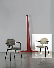 Jean PROUVE (1901 -1984) Fauteuil de conférence n°355 - 1954 Piètement compas en métal laqué noir, revêtement en simili cuir gris, a...
