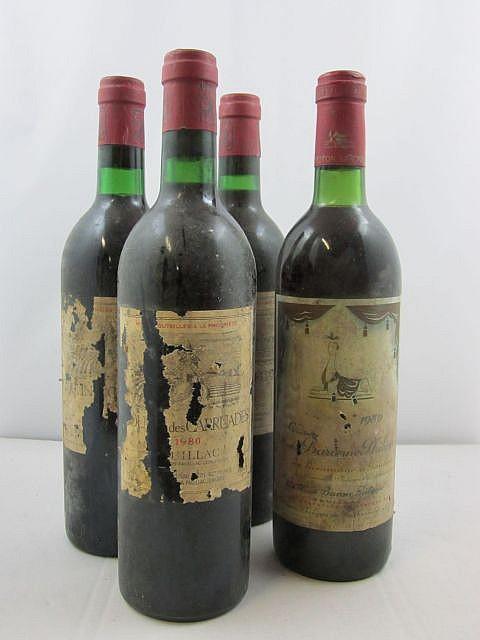 4 bouteilles 3 bts : MOULIN DES CARRUADES 1980 Pauillac (étiquettes très abimées par humidité)