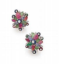 VITA Paire de clips d'oreilles en or jaune et or gris formés chacun d'une rosace de rubis, de saphirs et d'émeraudes gravées, semé..