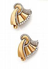 PAIRE DE CLIPS D'OREILLES en platine et or jaune à décor de drapés unis soulignés de diamants taillés en brillant. (modifications)...