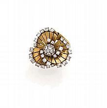 VAN CLEEF & ARPELS Bague en or jaune et platine à décor spiralé de trois éventails soulignés de diamants taillés en brillant. (acc...