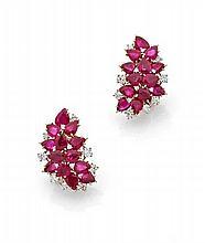 VITA Paire de clips d'oreilles en or jaune et or gris en forme de grappe, de rubis piriformes et de diamants taillés en brillant....