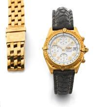 BREITLING  CHRONOMAT vers 1980  Chronographe bracelet en or. Boîtier tonneau, fond vissé. Lunette en or tournante. Cadran blanc...