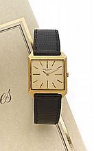 PATEK PHILIPPE Ref: 3526 n° 2660120 vers 1960 Belle montre bracelet plate en or. Boîtier carré. Cadran or avec index bâton appli...