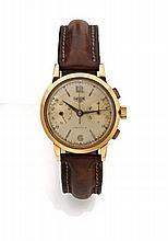 HEUER Vers 1940 Chronographe bracelet en or. Boîtier rond, poussoirs rectangle. Cadran crème avec deux comtpeurs, index bâton et...
