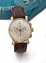 SOLVIL pour TIFFANY & CO N° 716622  vers 1940 Chronographe bracelet en or rose. boîtier rond, poussoirs rectangle. Anses stylisées...