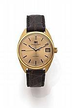 IWC N° 2028057 vers 1970 Belle montre bracelet en or. Boîtier tonneau. Cadran or avec index bâton appliqués or, dateur par guich...