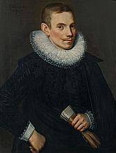 ECOLE FLAMANDE, 1623 PORTRAIT D'UN HOMME AGE DE 25 ANS EN HABIT NOIR AVEC FRAISE DE DENTELLE  Huile sur panneau de chêne, trois plan..