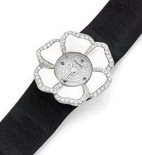 CHANEL CAMELIA, n° 34163, vers 2005 Ravissante montre bracelet de dame en or blanc 18K (750). Boîtier rond figurant un camélia....