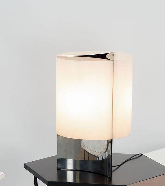 Massimo VIGNELLI (1931-2014) Lampe de table n°526 - 1965 Corps en feuille d'acier brossé, réflecteur en perspex