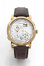A. LANGE & SOHNE LANG 1 FUSEAUX HORAIRES n°175490 vers 2010 Belle montre bracelet en or jaune. Boîtier rond, fond saphir. Cadran...