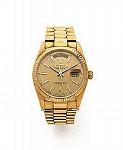 ROLEX DAY DATE vers 1990 Belle montre bracelet en or. Boîtier rond. Couronne et fond vissés. Lunette or striée. Cadran or avec i...