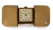 HERMÈS Circa 1950 Pour le marché US Montre de sac Métal doré gainé de cuir Boitier coulissant à deux volets Cadran avec...