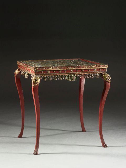 TABLE EN BOIS SCULPTÉ ET LAQUÉ ROUGE ET OR, CHINE DU SUD, XIXe SIÈCLE