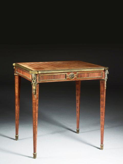 TABLE DE SALON DE STYLE LOUIS XVI, FIN DU XIXe-DÉBUT DU XXe SIÈCLE