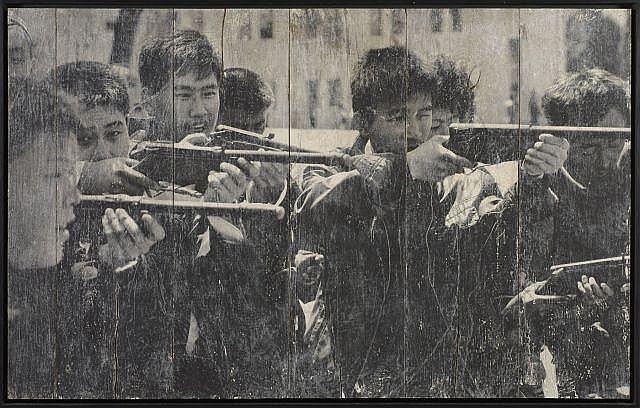 J.R. Français - Né en 1984 North Korea, Pyongyang, Guns games - 2012 Impression photographique sur papier contrecollé sur panneau de...