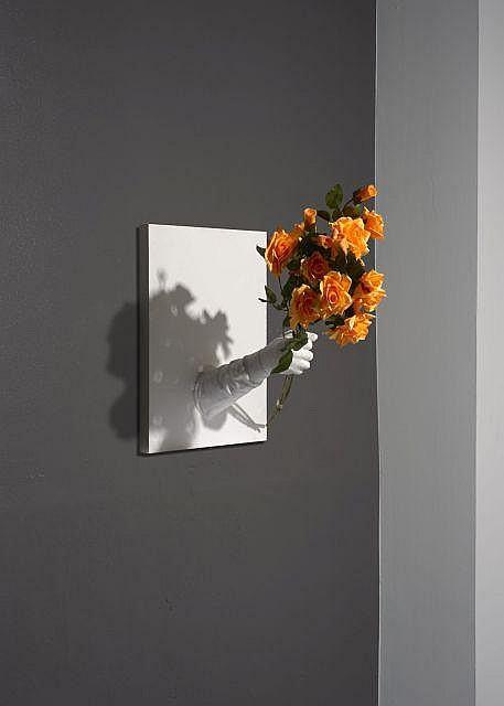 Mark JENKINS Américain - Né en 1970 Flowers - 2013 Adhésif, bois, mousse expansive, fleurs artificielles et toile