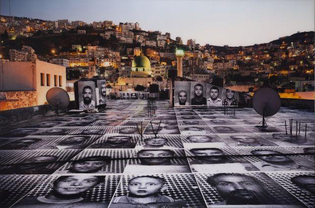 J.R. Français - Né en 1984 Inside out project, Naplouse Palestine - 2011 Tirage photographique en couleur contrecollé sur aluminium