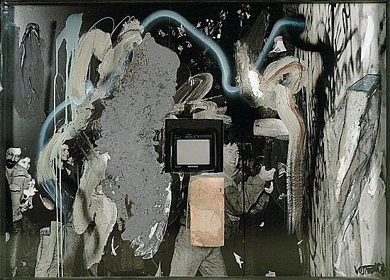 Wolf VOSTELL (1932-1998) SANS TITRE, 1990 technique mixte sur fond photographique et télévision dans caisson en bois