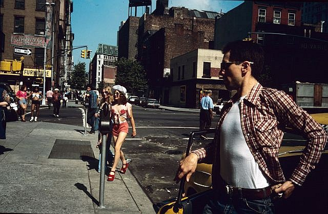 Steve SCHAPIRO (Né en 1934) JODIE CROSSING THE STREET, TAXI DRIVER, NEW YORK CITY, 1975 Tirage pigmentaire