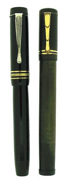 LOT de deux stylos plumes un plume rentrante CONTE en ébonite noire guillochée (usure), attributs plaqués or, plume or 18 carats C.....