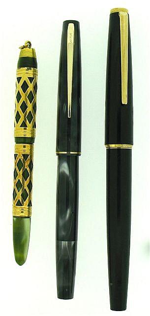 DIVERS Lot de 3 stylos : un petit Unic habillage croisillons plaqué or sur résine verte jaspée remplissage pulseur plume or 18 cts.....