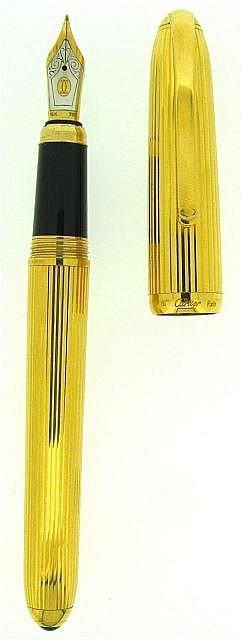 CARTIER Stylo plume Louis Cartier, tout plaqué or décor godron, plume or 18 carats fine. Dans son écrin.
