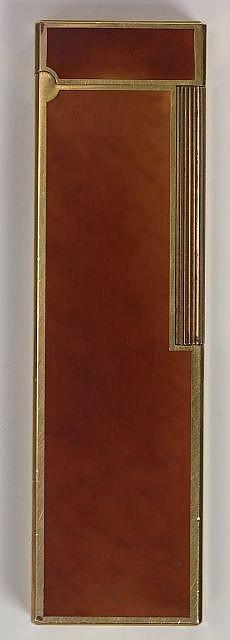DUPONT Briquet de table plaqué or en laque ambre. Rayures, état d'usage