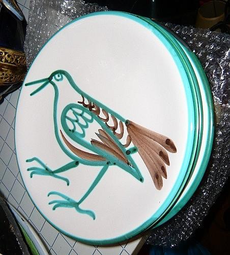 Robert Picault (1919-2000) Cinq assiettes en céramique émaillée à décor d'un oiseau vert et fauve sur fond blanc Un accidenté