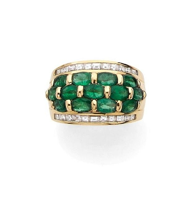 A YELLOW GOLD, EMERALD AND DIAMOND RING
