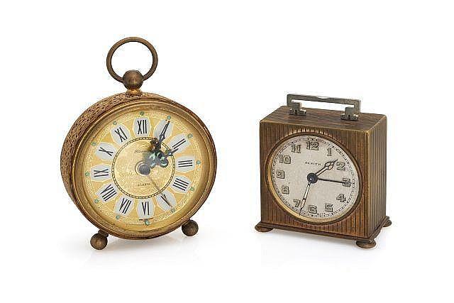 Ensemble de 2 pendulettes en métal doré avec fonction réveil : - L'une, vers 1930, mouvement mécanique. Signature Zénith s...