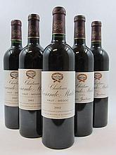 12 bouteilles  2 bts : CHÂTEAU SOCIANDO MALLET 2000 CB Haut Médoc(1 capsule abimée) 3 bts : CHÂTEAU SOCIANDO MALLET 2001 CB Haut M...