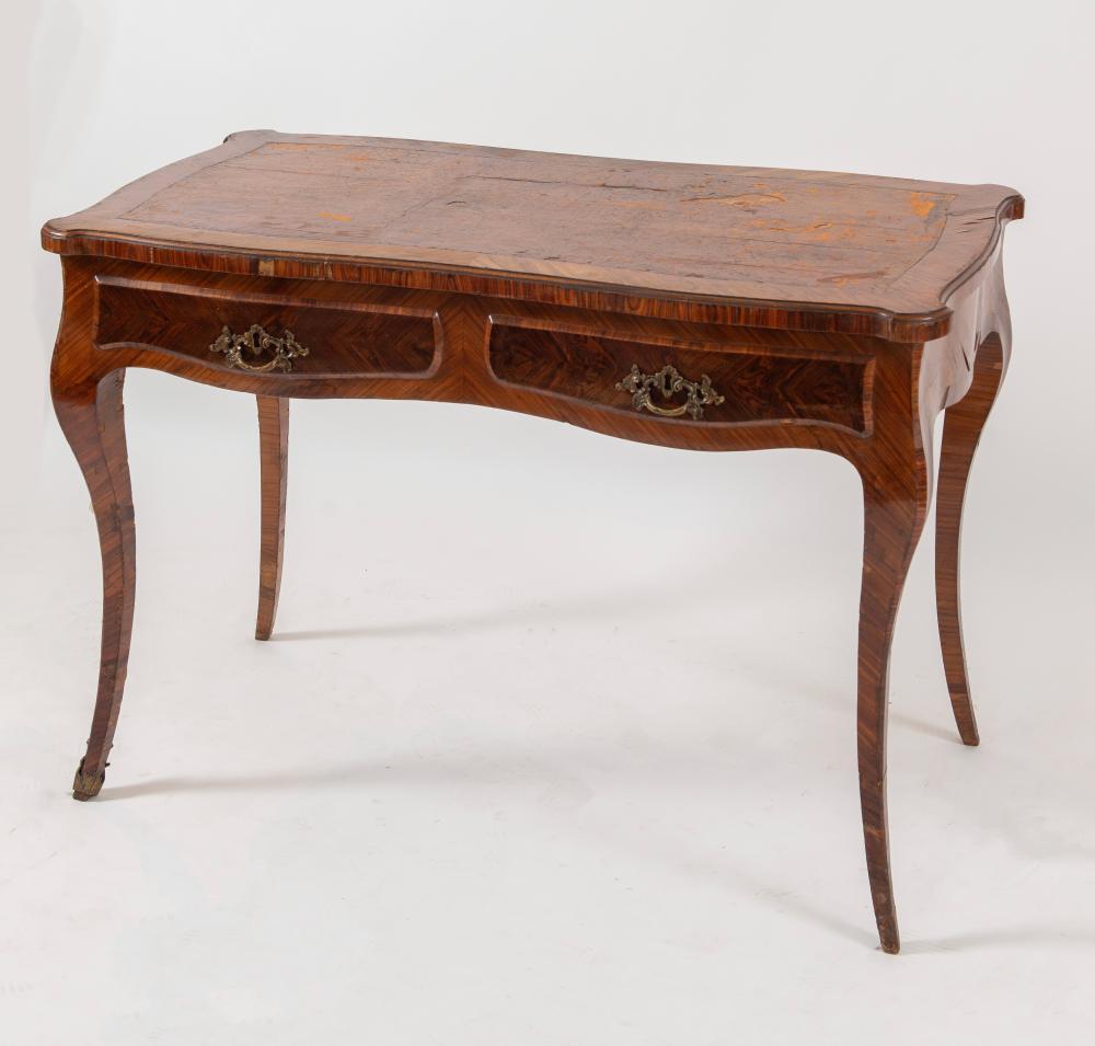 SCRITTOIO lastricato in palissandro con piano in pelle di gusto Luigi XV, ma realizzato nel XIX secolo. Cm 76,5x110x60.