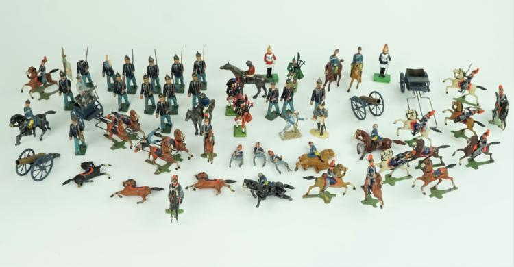LARGE GROUPING OF VINTAGE LEAD TOY SOLDIERS