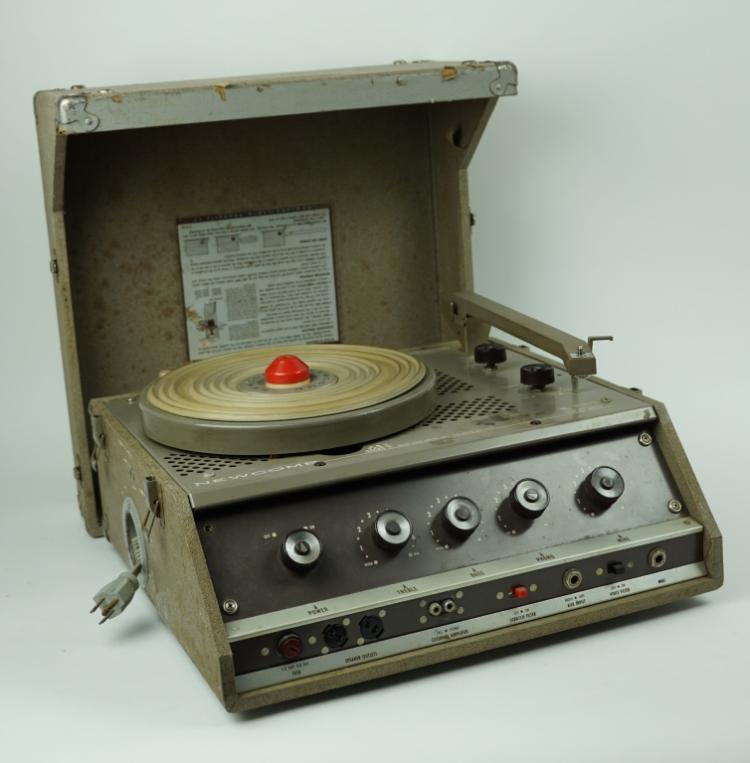 VINTAGE NEWCOMB TR-1625M RECORD PLAYER