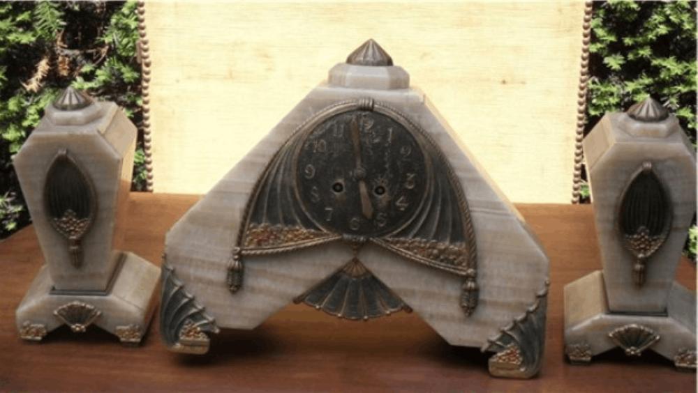 ArtDeco Kaminuhr mit 2 Portalen,bescher Marmor mit artdekospezifischen Bronzeapplikationen, ausgefallen geformt,um 1920,unrestauriert