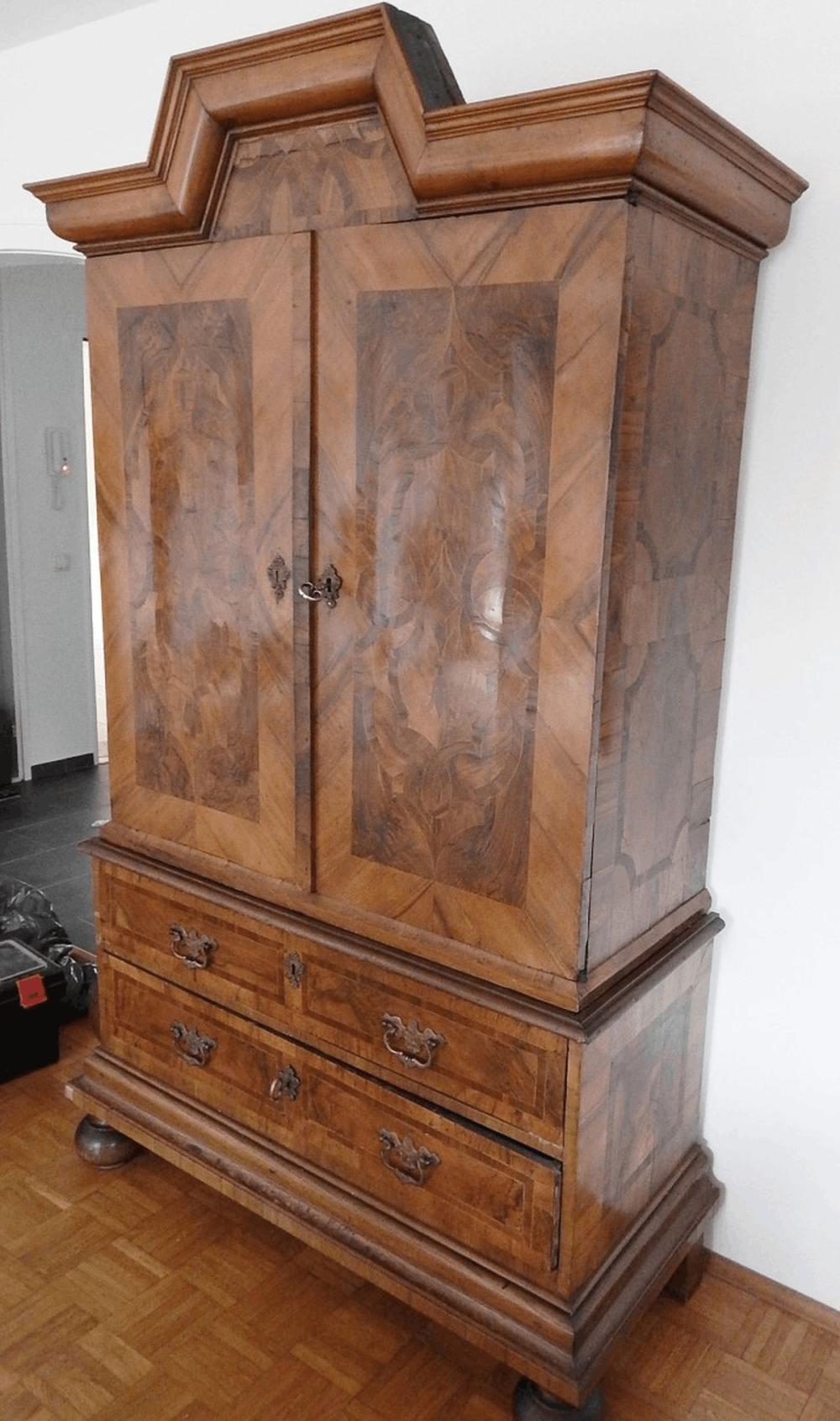 2-teiliger Aufsatzschrank,Nußbaum funiert, süddeutsch um 1780,Maße ca. 130 x 55 x 210cm(BxTxH),unrestauriert