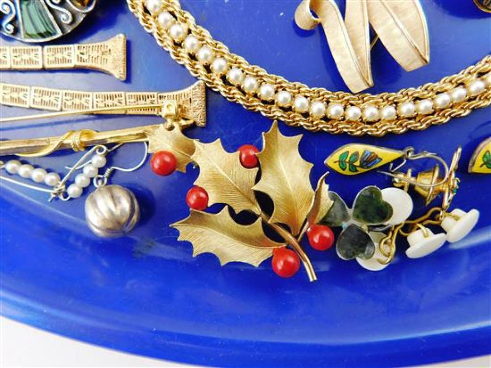 Lot - COSTUME JEWELRY: Collection of vintage and costume ...